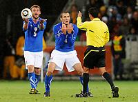 Fotball<br /> VM 2010<br /> 14.06.2010<br /> Italia v Paraguay<br /> Foto: Insidefoto/Digitalsport<br /> NORWAY ONLY<br /> <br /> Daniele De Rossi e Giorgio Chiellini (Italia) discutono con l'arbitro Benito Achundia (MEX)
