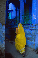 Inde. Rajasthan. Jodhpur la ville bleue. Femme en sari jaune. // India. Rajasthan. Jodhpur. The blue city. Woman in sari.