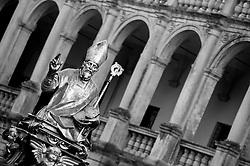 Lecce - Festeggiamenti in onore di Sant'Oronzo, San Giusto e San Fortunato. Statua di San Fortunato; sullo sfondo le finestre dell'ex seminario e della residenza dell'arcivescovo di Lecce.