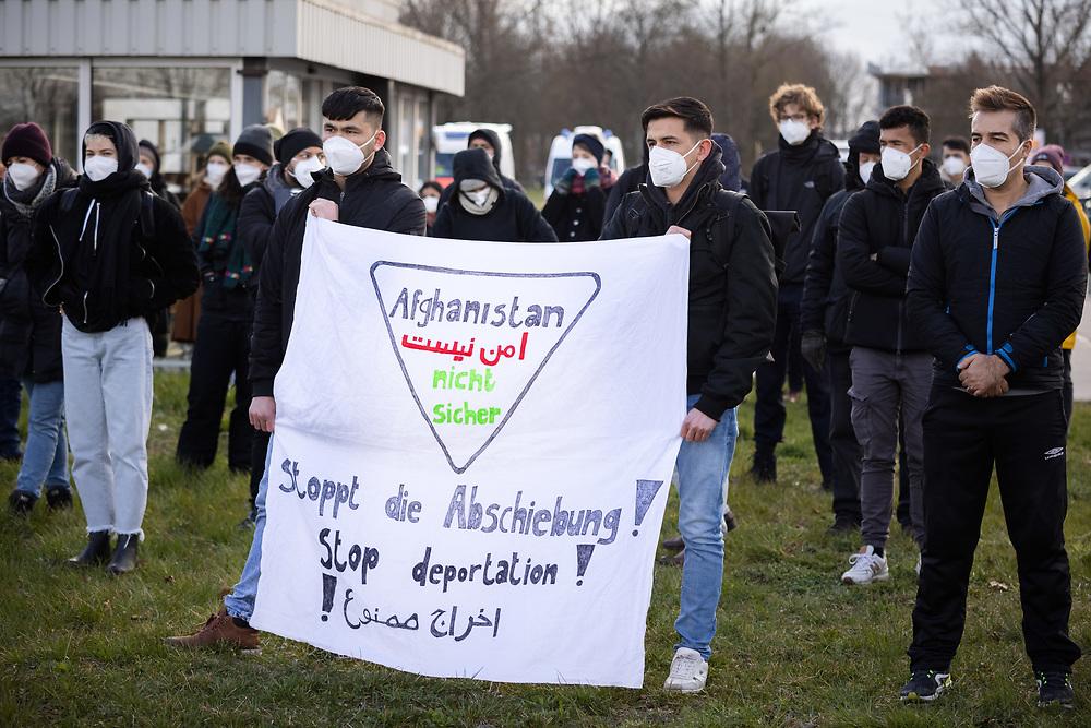 Mehrere hundert Menschen protestieren auf einer Kundgebung des Berliner Bündnisses gegen Abschiebungen am Flughafen Berlin-Brandenburg BER gegen eine geplante Sammelabschiebung nach Afghanistan. Neben der angemeldeten Kundgebung finden auch Aktionen des zivilen Ungehorsams statt. Aktivisten blockieren ein Gebäude des Abschiebegefängnisses auf dem Flughafengelände und die Mittelstraße. Vor dem Abflug laufen die Demonstranten direkt zum Zaun am Terminal 5, vor dem sie von der Polizei mit Pfefferspray gestoppt werden. Trotz Protesten und Blockadversuchen startet der Charterflug nach Kabul gegen 21:30 Uhr. Demonstranten mit Banner: Afghanistan nicht sicher. Stoppt die Abschiebung! Schönefeld, Deutschland, 07.04.2021.<br /> <br /> [© Christian Mang - Veroeffentlichung nur gg. Honorar (zzgl. MwSt.), Urhebervermerk und Beleg. Nur für redaktionelle Nutzung - Publication only with licence fee payment, copyright notice and voucher copy. For editorial use only - No model release. No property release. Kontakt: mail@christianmang.com.]