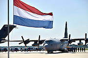 Nederland, Eindhoven, 23-7-2014Na aankomst van de twee transportvliegtuigen op de militaire vliegbasis worden de slachtoffers van de vliegramp boven de Oekraine een voor een naar rouwwagens, lijkwagens, gebracht en vervolgens in colonne naar Hilversum gebracht.The arrival of corpses, remains, of the victims of flight MH17 which was shot down over Ukraine. The first victims of the crash of flight MH17 with destination Malaysia arrive at the Eindhoven airport. Present are relatives and King Willem-Alexander, Queen Maxima, Prime Minister Rutte, Deputy Prime Minister Asscher and other members of the parlement and representatives of other countriesFOTO: FLIP FRANSSEN/ HOLLANDSE HOOGTE