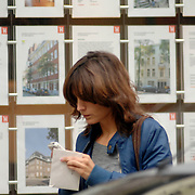 NLD/Amsterdam/20061013 - Daphne Bunskoek verhuist naar haar nieuwe woning