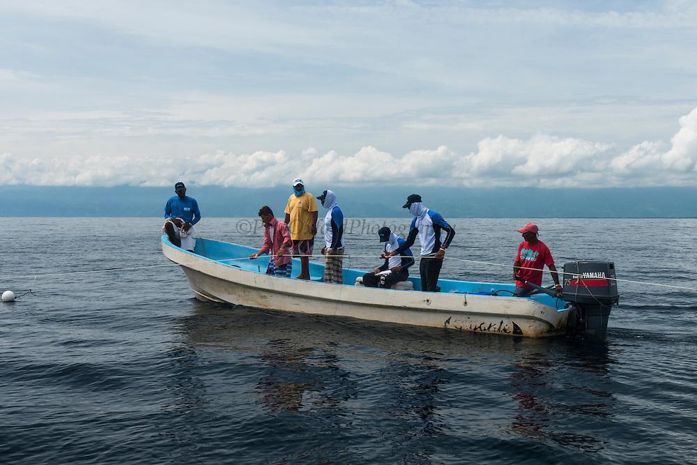 MarAlliance & Fundacion Mundo Azul<br /> working with local shark fishermen<br /> Quetzalito<br /> Guatemala<br /> Central America