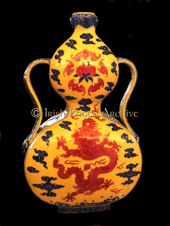 Bottle in the form of a gourde, Huluping. Jiangxi. Qing Dynasty 1736-1795) Porcelain decorated with a dragon