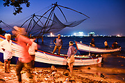 Vissers in de oude havenstad Kochi, Zuid-west India