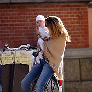 Danielle Overgaag knuffelend met dochter Fiene Joan