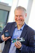 """Mannheim. 08DEC20   Machine-Vision-Anbieter Basler AG. Dr. Klaus-Henning Noffz, Silicon Software GmbH, in Mannheim, zum Thema """"Startups für die industrielle Bildverarbeitung"""" bebildern.<br /> Klaus-Henning Noffz zeigt das Basler CoaXPress Evaluation Kit boost in der neuen Version.<br /> <br /> <br /> BILD- ID 2378  <br /> Bild: Photo-Proßwitz 08DEC20"""