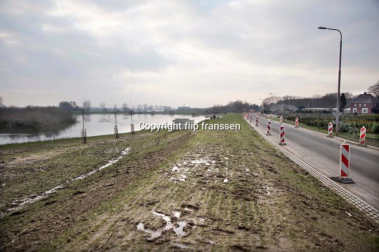Nederland, Middelaar, 9-2-2020 Het water in de Maas in Noord Limburg staat hoog. Uiterwaarden lopen op sommige plekken onder en de veerpont tussen Cuyk en Middelaar is uit de vaart. Er zijn ook enkele recent voltooide hoogwater projecten in werking. Zo worden kleine beekjes en stroompjes in het gebied afgesloten om te voorkomen dat het maaswater naar het binnenland vloeit. Hier tussen Gennep en Mook is discussie over hoe het gebied , de lob van Gennep, te gebruiken bij extreem hoogwater. Het is aangewezen als overloopgebied bij extreme waterafvoer . Een optie is het plaatsen van een grote klep om het gebied gecontroleerd te laten vollopen.Foto: Flip Franssen