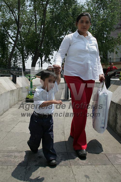 Toluca, Mex.- Comercios del centro lanzan ofertas para la venta de productos durante el dia de las madres. Agencia MVT / Javier Rodriguez. (DIGITAL)<br /> <br /> <br /> <br /> <br /> <br /> <br /> <br /> NO ARCHIVAR - NO ARCHIVE