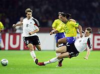 Fotball<br /> Privatlandskamp<br /> Tyskland v Brasil<br /> Berlin<br /> 8. september 2004<br /> Foto: Digitalsport<br /> NORWAY ONLY<br /> Torsten FRINGS, Tyskland, RONALDINHO, Brasil,, Robert HUTH, Tyskland