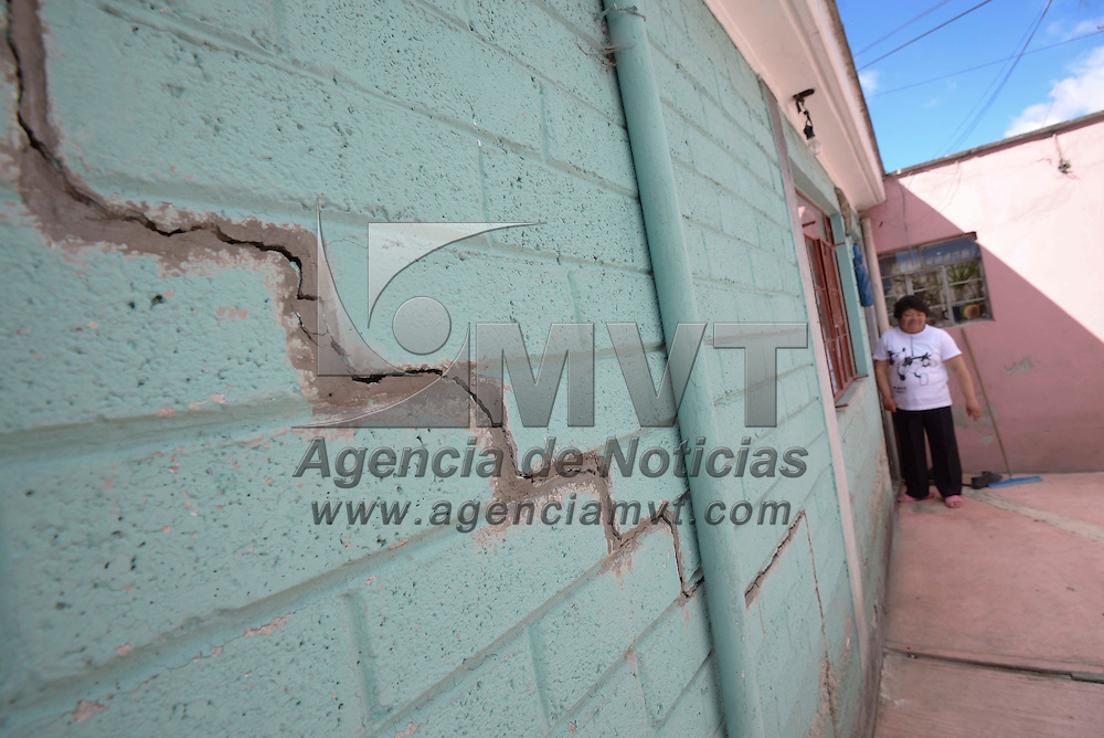 Toluca, México (Octubre 30, 2016).- Vecinos del Carmen Totoltepec se encuentran preocupados por la falla geológica que existe en la zona, grietas en la calle y en sus casas van en aumento, poniéndolos en riesgo. Agencia MVT / Crisanta Espinosa.