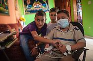 Manuel Alejandro Romero (d) juega Wii Nintendo junto a sus vecinos y amigos Daniel Palma (i) y Jorge Briñez (c). Gracias a FundaHigado, en junio de 2012, Manuel Alejandro recibió un trasplante de higado que le permite disfrutar de la vida. Maracaibo, Venezuela 20 y 21 Oct. 2012. (Foto/ivan gonzalez)