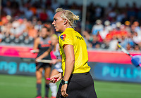 ANTWERPEN -  Umpire Sarah Wilson (Sco) tijdens  de   finale  dames  Nederland-Duitsland  (2-0) bij het Europees kampioenschap hockey.   COPYRIGHT  KOEN SUYK