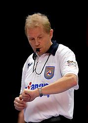 18-04-2015 NED: Landstede Volleybal - Abiant Lycurgus, Zwolle<br /> Eerste finale wedstrijd in een serie van best of five die door Landstede met 3-1 wordt gewonnen / Scheidsrechter Nederhoed