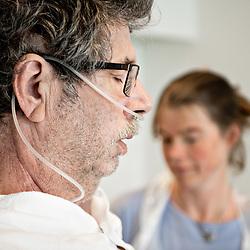 """Kurt Rasmussen er vågnet efter 4 uger i respirator pga. covid-19. Fysioterapeuterne Richard Schuster og Camilla Pedersen genoptræner den 61 årige patient, der ikke selv kan stå på benene, men som giver alt hvad har har i sig for at komme tilbage og få kontrol over sin krop. Reportage til """"Fysioterapeuten"""""""