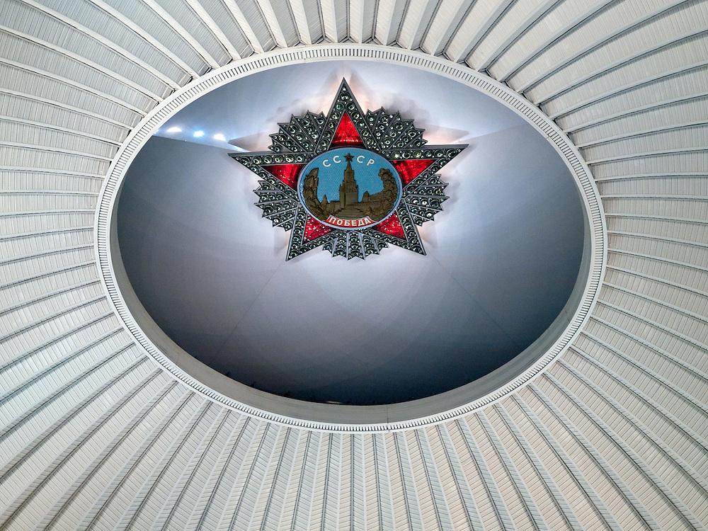 """""""Sowjetunion - Sieg"""" Inschrift  an der Kuppel der Ruhmeshalle im Museum des Großen Vaterländischen Krieges in Moskau. Das Museum befindet sich auf dem Berg """"Poklonnaja Gora"""".<br /> <br /> """"Soviet Union - Victory"""" inscription at the cupola of the pantheon at the Museum of the Great Patriotic War in Moscow at Poklonnaya Gora (Bowing Hill)."""