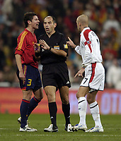 Fotball<br /> Privatlandskamp<br /> Spania v England<br /> 17. november 2004<br /> Foto: Digitalsport<br /> NORWAY ONLY<br /> England's David Beckham (R) gets involved in a pointing and shouting match with Spain's Del Horno as the match gets ugly