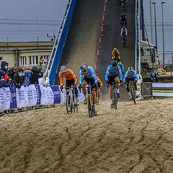 31-01-2021: Wielrennen: WK Veldrijden: Oostende<br />Het gevecht in het zand