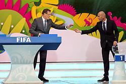 Zinedine Zidane e Jérôme Valcke durante a cerimônia do sorteio dos grupos da Copa do Mundo de 2014, na Costa do Sauípe, Bahia. FOTO: Jefferson Bernardes/ Agência Preview