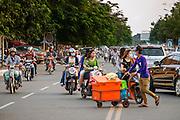 Het verkeer in Phnom Penh bestaat voor een groot deel uit motoren, waar doorgaans ook meerdere mensen tegelijk opzitten.