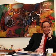 NLD/Huizen/20060105 - Burgemeester Jos Verdier gemeente Huizen tevens voorzitter tafeltennisbond in zijn werkkamer voor zijn favoriete schilderij