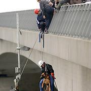 NLD/Huizen/20061013 - Politiehonden en begeleiders wedstrijd, abseilen van de Stichtse brug Huizen