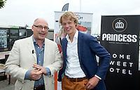 LOOSDRECHT - Maurits Hendriks met Tim Jenniskens. Lancering Sport Helpt, een initiatief van hockeyers Rogier Hofman en Tim Jenniskens. FOTO KOEN SUYK