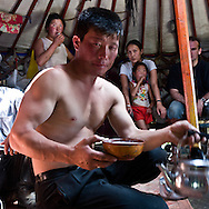Mongolia. in the yurt of TOMO family.  catle breeders in Orkhon valley/hand games.    Hahorin   / dans la yourte de la famille de TOMO.  eleveurs  de la vallÈe de la riviere Orkhon. jeu et vodka  Karakorum  Mongolie / L0009378