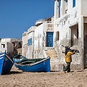 Après chaque sortie en mer, les pêcheurs mettent leur moteur à l'abris. C'est l'élement le plus coûteux de leur matériel.