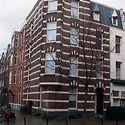 Woning hoek Jan Willem Brouwerstraat 4 Amsterdam hier is een bomaanslag gepleegd door broer Bassie & Adriaan door Aart de Heer
