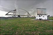 Nederland, Nijmegen, 19-4-2013Bouw van de nieuwe stadsbrug, Waalbrug, de Oversteek vordert gestaag. Morgen wordt hij ingevaren. De brug rust al op de pontons. Op een weiland naast de bouwput zijn voorzieningen getroffen om duizenden belangstellenden te laten kijken. Ook een tent voor de bestuurders en andere bobos is geplaatst.Foto: Flip Franssen/Hollandse Hoogte
