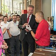 NLD/Utrecht//20170610 - Prinses Margriet slaat eerste Rode Kruis Vijfje , Muntmeester Ted Peters controleert het zojuist door Margriet geslagen vijfje