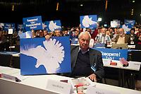 DEU, Deutschland, Germany, Berlin, 10.05.2014: Bundesparteitag der Partei DIE LINKE im Velodrom. Ex-DDR Ministerpräsident Hans Modrow mit verkehrtem Friedenstaubenschild. Die Linkspartei kritisiert NATO, EU und Bundesregierung für ihr Vorgehen im Ukrainekonflikt.