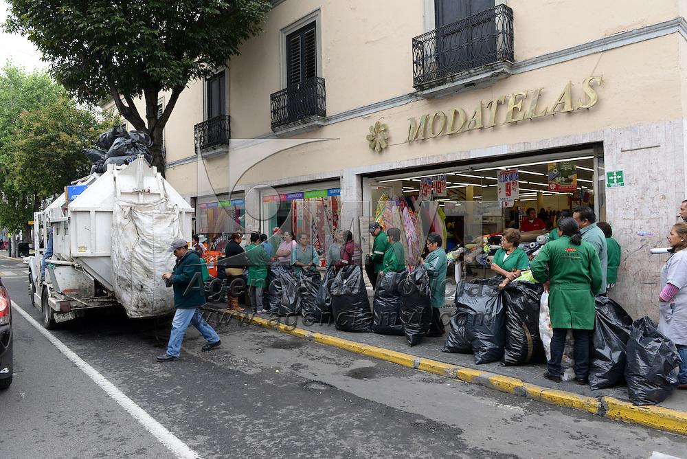 TOLUCA, Mexico.- Empleados de limpieza en las distintas oficinas municipales hacen fila para depositar la basura en el camion que hace una escala en Av. Independencia durante su ruta de recoleccion; imagen de la vida cotidiana en la ciudad. Agencia MVT / Mario Vazquez de la Torre.