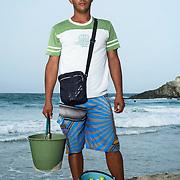Daniel Candallo vende ostras hace un ano y 6 meses. Cada docena cuesta 200.000 bolivares fuertes. En cada tobo lleva 20 docenas. En temporada baja vende 7 docenas y en alta tobo y medio. Trabaja de 9am a 4pm-5pm, todos los dias menos los martes que son los dias que busca las ostras en la Restinga. Trabaja para el y no se pone protector.