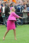 Koninginnedag 2008 / Queensday 2008. <br /> <br /> Koningin Beatrix viert Koninginnedag dit jaar in Friesland. De vorstin en haar familie bezochten op 30 april Makkum en Franeker.<br /> <br /> Queen Beatrix celebrates Queensday this year in Friesland (the Nothren provice in Holland). The Queen and its family visited Makkum and Franeker on 30 April.<br /> <br /> Op de foto/ On the Photo: PPrinses Maxima doet mee aan de lokale sport Kaatsen/ Princes Maxima plays a local Game