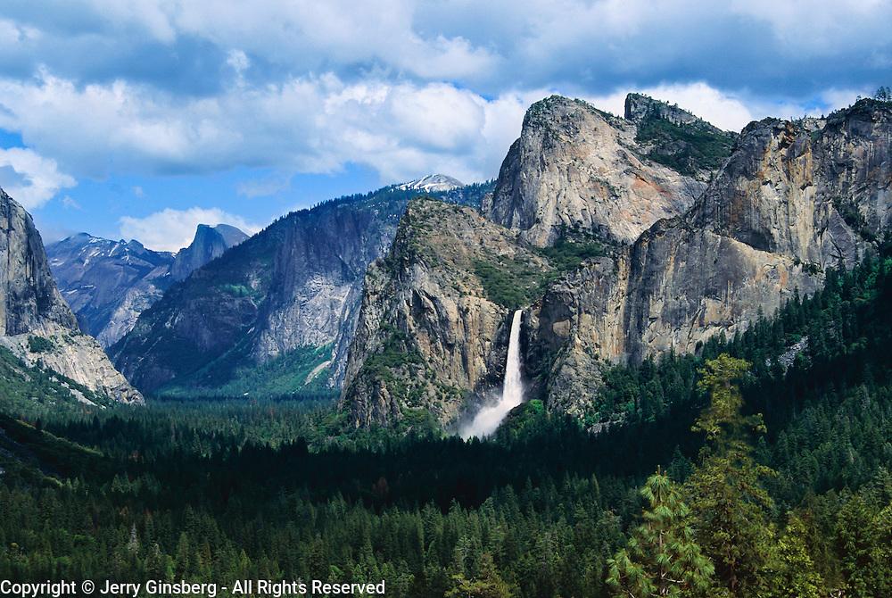 Stunning Yosemite Valley allways thrills the observer, Yosemite National Park, CA.