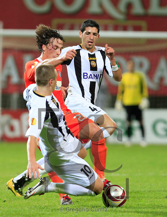 Austria Wien's Julian Baumgartlinger (C) vies for the ball with Nacional's Halliche and Nej Pecnick during their Europa League group L soccer match against Nacional at the Madeira stadium in Funchal, Portugal, Wednesday, Dec. 16, 2009.Photo Gregorio Cunha.Liga Europa, Estadio da Madeira.Nacional vs Austria Viena.Pecnik, Julian Baumgartlinger e Haliche.Foto Gregorio Cunha