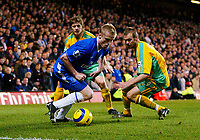 Fotball<br /> Premier League England 2004/2005<br /> 18.12.2004<br /> Foto: BPI/Digitalsport<br /> NORWAY ONLY<br /> <br /> Chelsea v Norwich City<br /> FA Barclays Premiership.<br /> 18/12/2004<br /> <br /> Damien Duff of Chelsea take on the Norwcih defence.