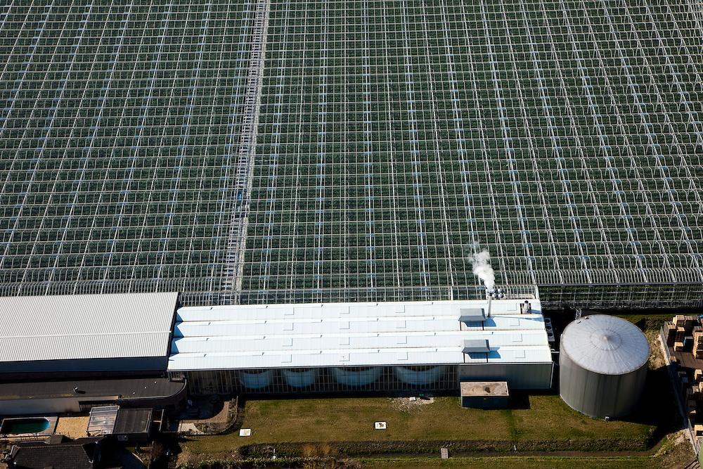Nederland, Zuid-Holland, Bleiswijk, 20-03-2009; kassencomplex met daken van kassen in het tuinbouwgebied van Bleiswijk; het complex moet ondanks het zonnige en warme weer ook nog verwarmd  worden. Heating system for the greenhouses of the horticultural area of the village of Bleiswijk..Swart collectie, luchtfoto (toeslag); Swart Collection, aerial photo (additional fee required).foto Siebe Swart / photo Siebe Swart