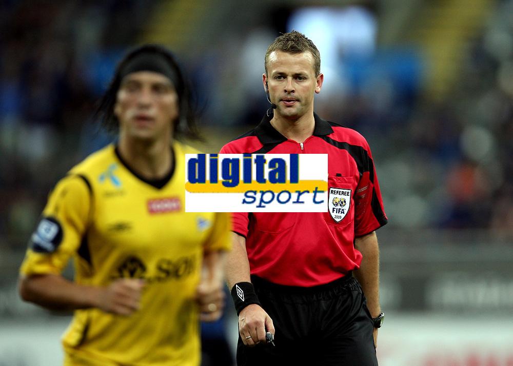Fotball , 21. juni 2009 , Tippeligaen , Eliteserien , Stabæk - Start 5-0<br />  dommer Svein Oddvar Moen bak Christian Bolanos , Start