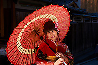 Japon, île de Honshu, région de Kansaï, Kyoto, Gion, ancien quartier des Geishas, Yasaka temple, jeune femme en kimono // Japan, Honshu island, Kansai region, , Kyoto, Gion, Geisha former area, Yasaka temple, young woman in kimono