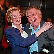 NLD/Zeist/20110310 - Mieke Telkamp krijgt Gouden DVD Award uit handen van Anneke Gronloh, Mieke met fotograaf Joop van Tellingen