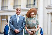 BERLIJN, 07-07-2021,  Landschaftspark Herzberge<br /> <br /> Koning Willem Alexander en Koningin Maxima tijdens het Staatsbezoek aan Duitsland. Het bezoek aan Berlijn vormt de afronding van een reeks deelstaatbezoeken die het Koninklijk Paar sinds 2013 aan Duitsland heeft gebracht. <br /> <br /> King Willem Alexander and Queen Maxima during the state visit to Germany. The visit to Berlin concludes a series of state visits that the Royal Couple has made to Germany since 2013. FOTO: Brunopress/Patrick van Emst<br /> <br /> Op de foto / On the photo: Persgesprek