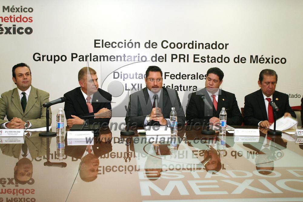 Toluca, Mex.- Raúl Domínguez Rex, presidente del PRI estatal le tomo protesta a José Sergio Manzur Quiroga, tomo protesta como  Coordinador  Parlamentario del PRI Estado de México, de los Diputados Federales de la LXII Legislatura. Agencia MVT / José Hernández.