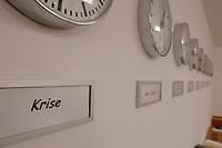 14 DEC 2001, BERLIN/GERMANY:<br /> Uhren im Krisenreaktionszentrum, vorn die Uhrzeit der Krisenregion, Auswaertiges Amt<br /> IMAGE: 20011214-01-017<br /> KEYWORDS: Lagezentrum, Auswärtiges Amt