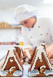 THEMENBILD - eine Konditorin beim herstellen von Lebkuchenhäusern für das kommende Weihnachtsfest, aufgenommen am 21. November 2016, Kaprun, Österreich // a confectioner in the manufacture of gingerbread houses for the coming Christmas, Kaprun, Austria on 2016/11/21. EXPA Pictures © 2016, PhotoCredit: EXPA/ JFK