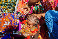 Inde, Gujarat, Kutch, village de Padhar, population Ahir, ceremonie de 1 ans des enfants // India, Gujarat, Kutch, Padhar village, Ahir ethnic group, one year old ceremony