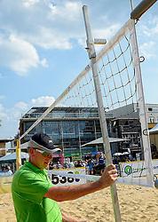 17-07-2014 NED: FIVB Grand Slam Beach Volleybal, Apeldoorn<br /> Poule fase groep A mannen - De Amerikanen waren een wedstrijd vrij aangezien de Duitsers geblesseerd afhaakten. Vrij spel dus op het centercourt / crew, officials, net meten hoogte net