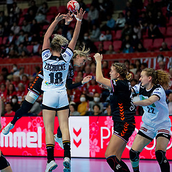 08-12-2019 JAP: Netherlands - Germany, Kumamoto<br /> First match Main Round Group1 at 24th IHF Women's Handball World Championship, Netherlands lost the first match against Germany with 23-25. / Estavana Polman #79 of Netherlands, Merel Freriks #19 of Netherlands, Maren Weigel #22 of Germany